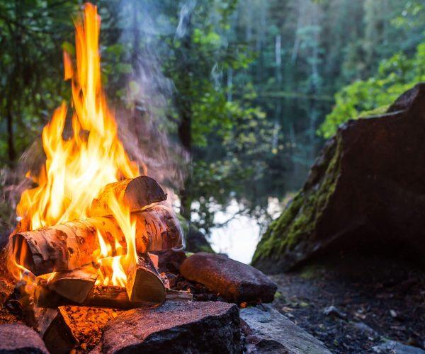 bois de camping qui brule